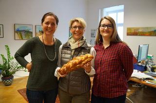 Striezelverkostung im WOCHE Büro Leibnitz: GStL Brigitte Gady (Mitte) mit den Redakteurinnen Waltraud Fischer und Eva Heinrich.