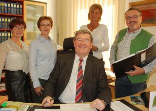 Bezirkshauptmann Dr. Gerhard Schütt mit seinem Team Helga Kainrath, Irmgard Moser, Maria Biswanger und Josef Lahner