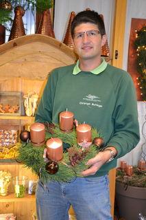 Bezirksgärtnermeister Christoph Buttinger verbindet traditionelles Tannenreisig mit modernen Elementen.
