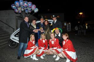 Bürgermeister Markus Stadlbauer (l.) und Vizebürgermeisterin Burgi Schiefermair (2. v. l) übergaben den Schlüssel der Gemeinde.
