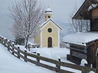 Die Arbeitsgemeinschaft Reiterkirchl lädt zur Andacht beim Kirchl oberhalb von Leisach.