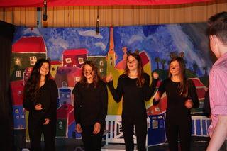 Als Ratten verkleidete SchülerInnen bei der Aufführung des Musiktheaters.