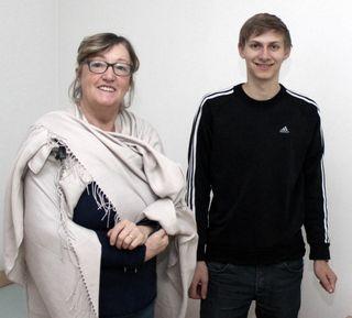 Ehrenamtliche Walburga Pieber und Zivildiener Martin Schwarzl bereiten Wohnungen in Weiz vor.