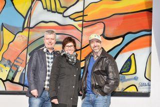 Dieter und Maria Wittlinger mit Siegfried Obleitner (re.) vor der künstlerisch gestalteten Fassade aus Glas.