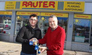 Installateur Andreas Rauter und Bürgermeister Robert Strießnig mit neuem Wasserzähler