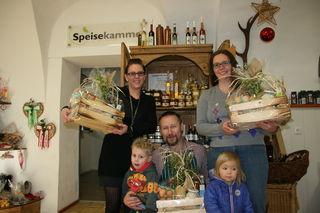 Silke Pfeifenberger (links) und Maria Hönegger mit ihren Kindern und Harald Buchberger