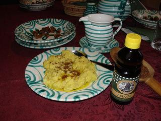Das I-Tüpfelchen dieser nahrhaften Kartoffelspeise: Ein Pflanzenöl aus Leinsamen.