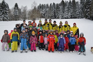Zufriedene Gesichter beim Team der Sektion Ski und bei den Kindern nach einem lehrreichen Anfängerskikurs!