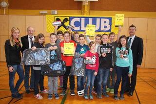 Die gelosten GewinnerInnen der NMS Pischelsdorf mit Dir. Johann Jandl sowie den Vertretern der Raiffeisenbank Pischelsdorf.