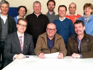 Die unterzeichnenden Vertreter und Mitglieder der ARGE Brückenschlag bei der Unterzeichnung der eidestattlichen Erklärung mit Substitut Dr. David Staggl (Notariat Dr. Martin Stauder)