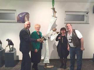"""Vor der Plastik """"Die Kunst des Trinkens"""" (von links): Wolfgang Sodl, Verena Dunst, Michaela Graf und Paul Mühlbauer"""