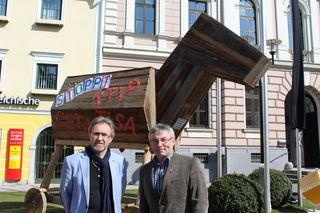 Rudolf Diensthuber (links) und Andreas Hubauer mit dem Trojanischen Pferd.