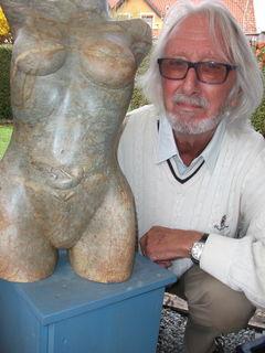 Winfried Lehmann mit seiner Arbeit, von der sich der Besucher am Aprilfestival 2015 anregen lassen kann