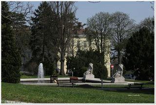 Der Springbrunnen mit den beiden Löwen lädt zum Entspannen ein.