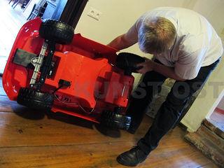 """Techniker Ewald Ulrich mit der selbsttragenden Karosserie, auf die """"Fiat lux"""" aufgebaut wird."""