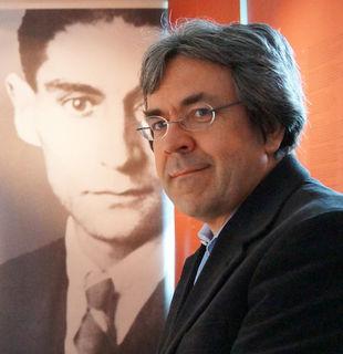 Der Präsident der Kafka-Gesellschaft Manfred Müller vermisst die lokale Bevölkerung im Kierlinger Gedenkraum.