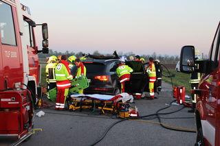 Die Feuerwehr befreite den eingeklemmten Fahrer aus dem Auto.
