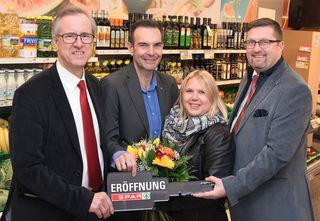 Bgm Josef Dillersberger (li.) gratulierte Richard und Bianca Planer mit Vertriebsleiter René Fender zur gelungenen Eröffnung.