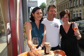 Schöne Frauen, ein charmanter italienischer Gastgeber: Doris, Francesco und Michaela genießen die Sonne in der Ungargasse.
