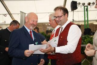Johann Feger ist seit 50 Jahren Mitglied der Jugendkapelle, er erhielt das Ehrenzeichen in Gold von Bezirkskapellmeister Willi Berghold überreicht.