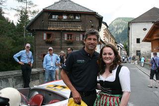Patrick Dempsey (links) erhielt von Elisabeth vom TVB Mauterndorf wie alle Fahrer ein Geschenk und hatte Zeit für ein Foto.