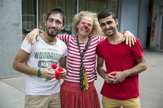 Das Lachen mit den Clowns ist für die jungen Männer eine willkommene Auszeit von ihren Alltagssorgen.