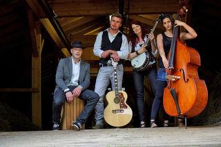 """Die Band """"Lacustic"""", bestehend aus: Gerhard Haider (Drums, Cajón, Akkordeon), Emanuel Mühlmann (Vocals, Gitarre), Carmen Mühlmann (Vocals, Gitarre, Klavier, Banjo) und Anna Rainer (Vocals, Kontrabass) (v.l.)"""