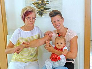 Zugang zum Unterbewusstsein durch den Muskeltest: Sonja Kainz mit Stella und deren Mama Birgit Hofbauer.