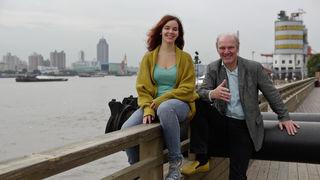 Julia Zotter - hier mit ihrem Vater Josef Zotter in Shanghai - ist General Manager von Zotter Chocolates Shanghai.