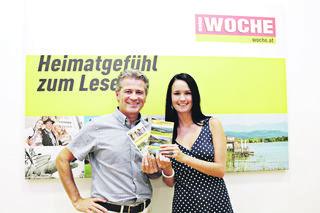 Natascha Achner gewinnt eine Wochenend-Wanderung auf dem Alpen-Adria-Trail – WOCHE-Prokurist Markus Galli gratuliert