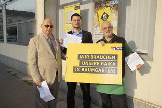 Anrainer Johann Fontana, Erstkunde der Filiale seit 1973, VP-Bezirksratskandidat Andreas Eisenbock und Medlbräubesitzer Johann Medl (v-l-n-r.) kämpfen für ihre Bankfiliale.