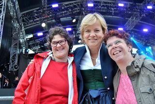 Landesrätin Barbara Schwarz mit SelbstvertreterInnen bei der Freitags-Show der Starnacht aus der Wachau