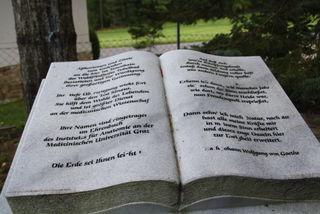 Im Marmorbuch stehen Gedanken von Goethe,  im Ehrenbuch der Anatomie sind die Namen der Verstorbenen verewigt
