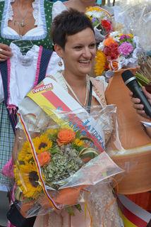 Jasmin Kristin Schalle, wie wir sie in Erinnerung behalten werden: bei der Siegerehrung der WOCHE-Wahl zur Jauntaler Salamiprinzessin im Stift Eberndorf im August 2014