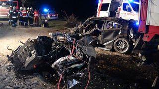 Das Unfallauto wurde in zwei Teile gerissen und der Lenker verstarb sofort an der Unfallstelle.