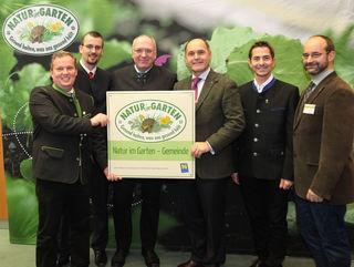 """Die Stadträte Leopold Spitzbart und Roland Honeder freuen sich über die Auszeichnung """"Natur im Garten Gemeinde""""."""