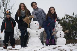 Viel Spaß hatten dieses lustige Quartett in Kaindorf beim Schneemann bauen. Die Freude dauerte nur kurz - das Tauwetter setzten den weißen Gesellen zu!