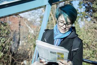 Überraschungseffekt: Schülerin Birgit beginnt in der Schloßbergbahn plötzlich laut zu lesen.