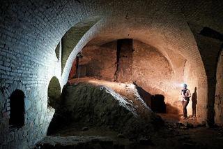 Im Bild: Ein über 15 Meter langes, sechs Meter breites und ebenso hohes Kellergewölbe mit verfüllten Fortsetzungen.