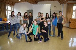 Die Gruppe Tanz (Musik und Bewegung) mit Irene Lukas (re) in der NMS Pischelsdorf.