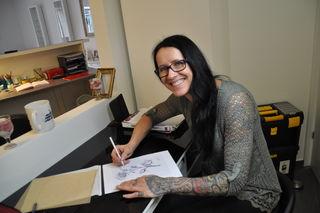 Tätowiererin Eva Huck zeichnet die Vorlagen selbst. Kreativität ist gefragt