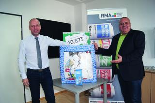 Eike Richter, Kurzentren-Marketingleiter  (li.) und Albert Tschallener (BB-Key-Account) bei der Ziehung