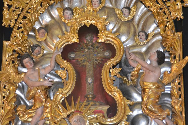 Eingefasst in dieses Kreuz befindet sich der angebliche Partikel des Kreuzes Christi.