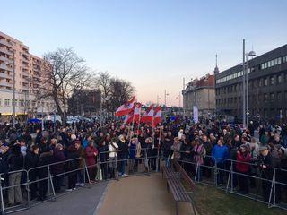 Die FPÖ-Anhänger und Asyl-Skeptiker versammeln sich am Liesinger Platz. Die Sperrzone zu den linken Gegendemonstranten ist schmal.