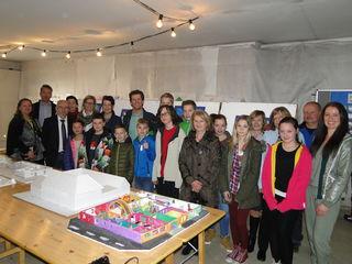 Alle am Projekt beteiligten Personen mit Kindern aus den Schulklassen.