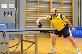 Franz Reiss aus der Union Raiba Horn 1 gab alles und zeigt sich am Foto in voller Action am Tischtennistisch.