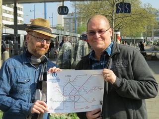 Harald Havas und Marco Seltenreich (re.) mit dem phonetischen U-Bahnplan Wiens.