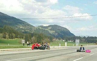 Sandro Stefaner postete dieses Foto von den protestierenden Flüchtlingen auf der Drautalbundesstraße