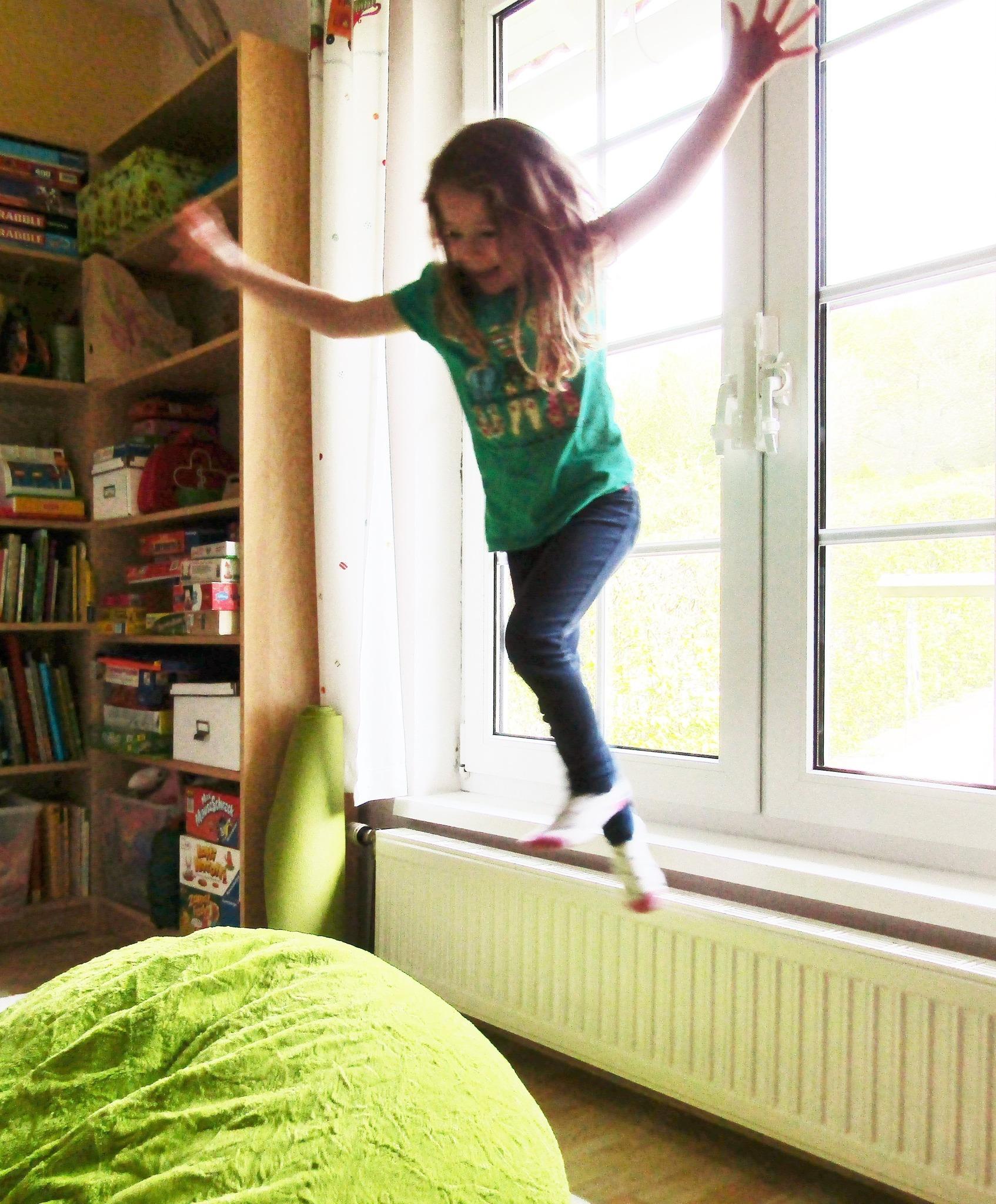 achtung auf die kleinen im haushalt mistelbach. Black Bedroom Furniture Sets. Home Design Ideas