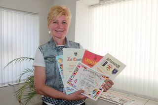 Mateja Tschom-Sifrar mit den Auszeichnungen, die sie für ihren Auslandseinsatz bekommen hat